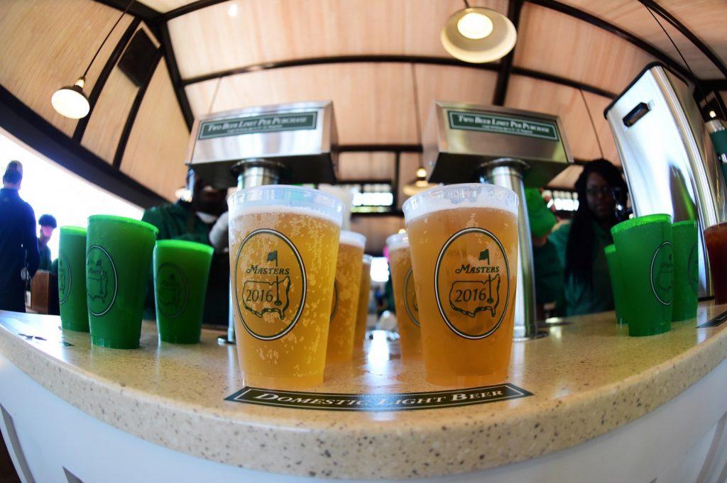 ...wie auch das Bier aus Plastikbechern, die der ein oder andere Besucher schon mal als Andenken rauszuschmuggeln versucht. (Photo by Harry How/Getty Images)