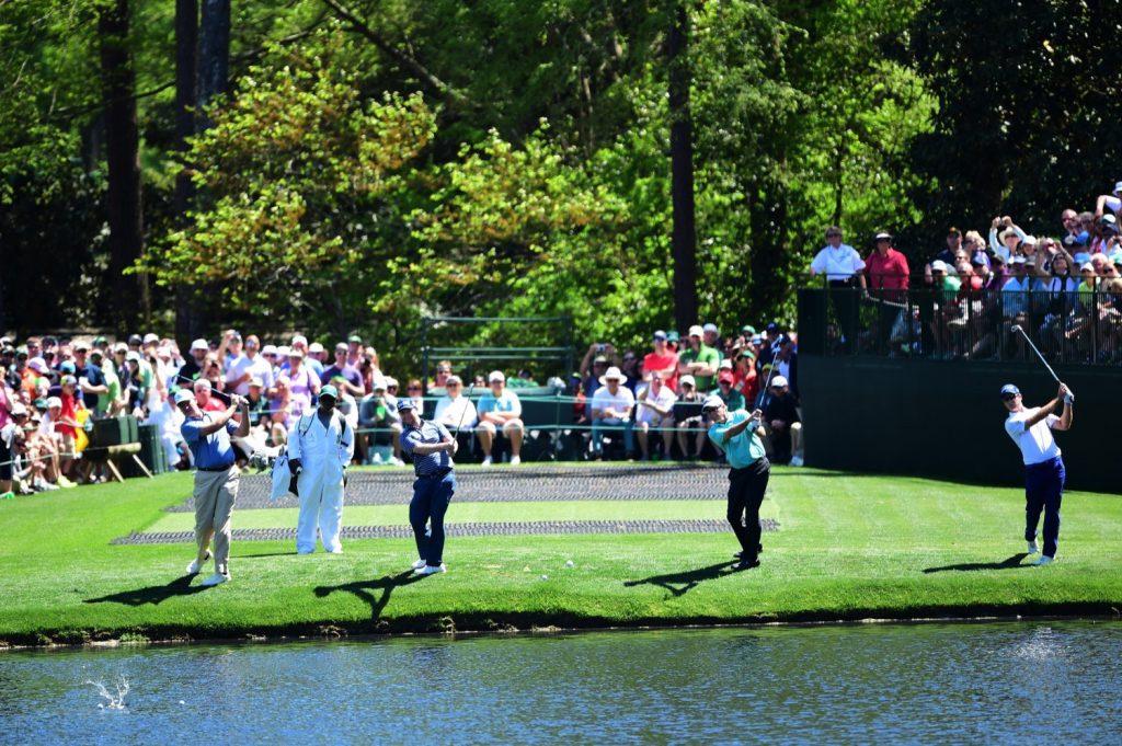 """Auch das hat Tradition: In den Übungsrunden """"ditschen&quot; die Spieler den Ball über das Wasserhindernis an der 16; zur großen Freude der Patrons.</p><p>(Photo by Harry How/Getty Images)"""