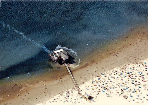 Ein Markenzeichen von Sankt Peter-Ording sind die Pfahlbauten am kilometerlangen Strand, die bei Flut in der Nordsee stehen.