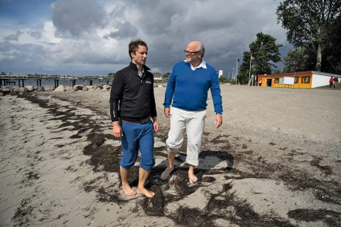 Ortstermin am Neustädter Ostseestrand: GM-Redakteur Kolja Hause (l.) und Michael Waack.