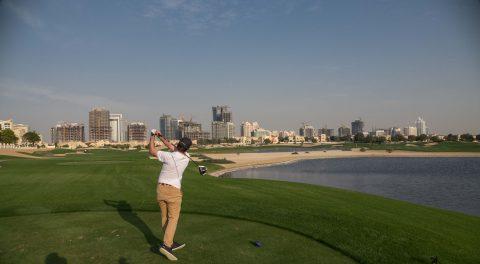 """Neben einem spannenden Platzdesign bietet der Els Course auch einen tollen Blick auf die Hochhäuser der """"Sport City Dubai""""."""
