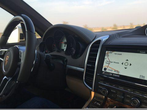 Trotz modernster Technik im Fahrraum des Porsche Cayenne, findet man in Dubai mit dem Navigationssystem nicht immer gleich den direkten Weg zum Ziel