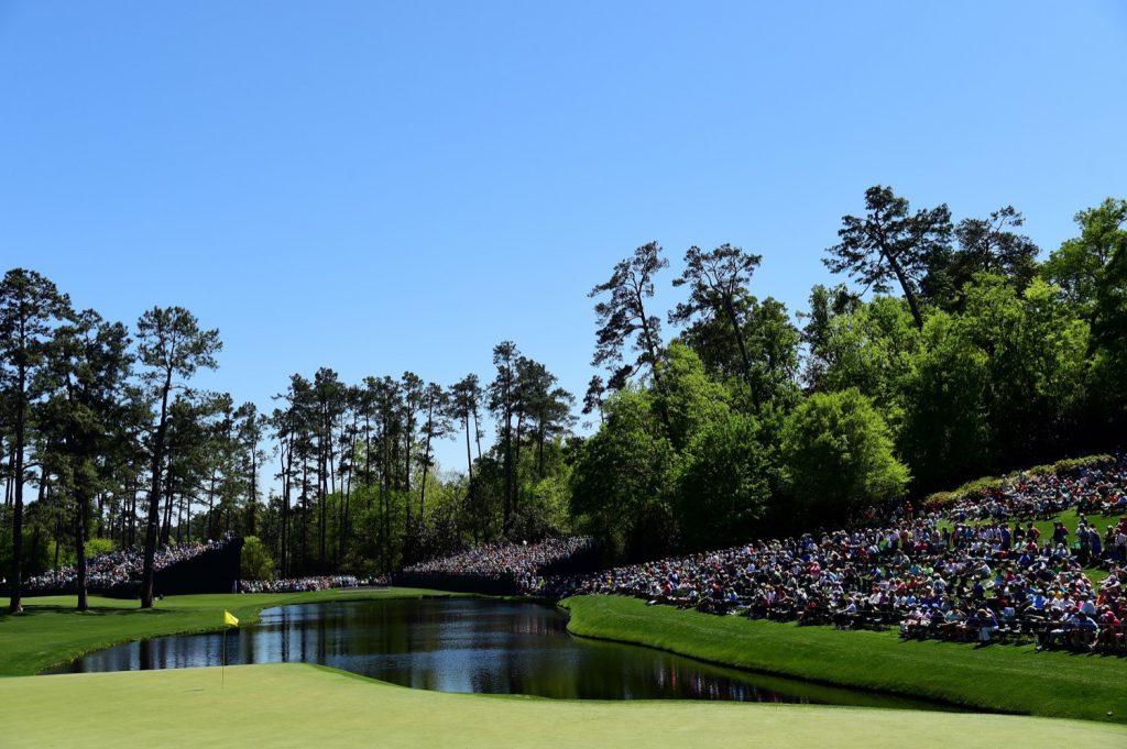 Hier wurde schon Golfgeschichte geschrieben: Loch 16 ist das letzte Par 3 auf der Runde und einer der beliebtesten Spots für Zuschauer. Unvergessen bleibt der spektakuläre Chip-In von Tiger Woods am Finaltag 2005. Die tobende Menge soll in halb Georgia zu hören gewesen sein.</p><p>(Photo by Harry How/Getty Images)