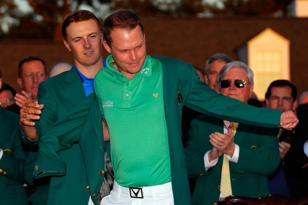 Jordan Spieth konnte seinen Titel nicht verteidigen und musste Danny Willett so in das berühmte grüne Jacket helfen