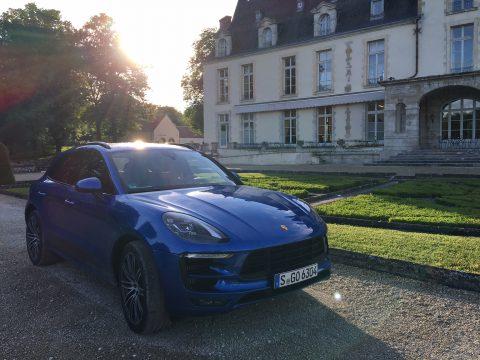 Der Macan vor dem Chateau.