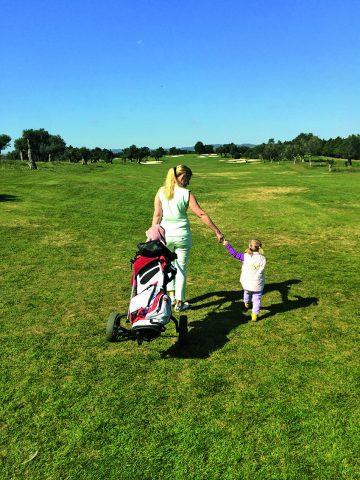 In Begleitung ihrer zweijährigen Tochter ist die Runde auf dem Quinta da Cima Course für Dagmar Kaske noch abwechslungsreicher.