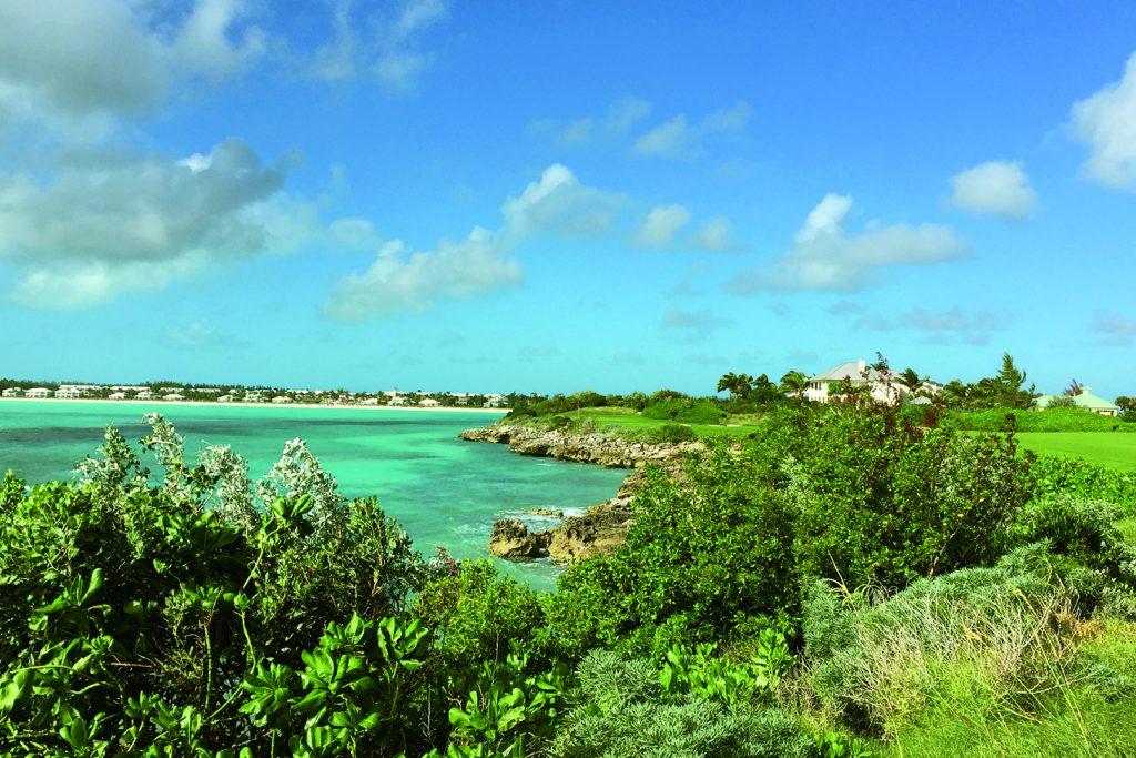"""Blick in die smaragdfarbene Emerald Bay: Das Wasser ist von einigen Fairways nur eine Chip-Länge entfernt. Im blasenden Passatwind sind es jedoch eher die Drives, die in der """"grünen Badewanne"""" enden."""