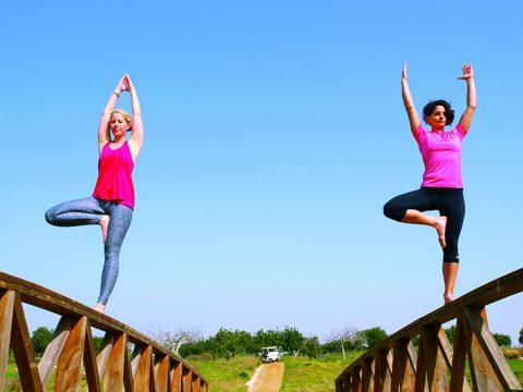 Auszeit beim Yoga auf dem Quinta da Ria Course: Dagmar Kaske beim Personal Training mit WellFit-Aktiv-Coach Gülsun (rechts).