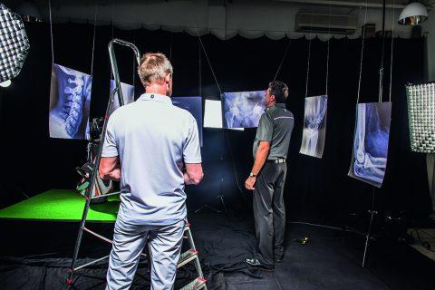 Das Setup im Fotostudio gleicht einer Orthopädiepraxis: Hans-Werner Buhmann (links) und Stefan Quirmbach legen beim Aufbau der Kulisse für das Shooting Hand an.