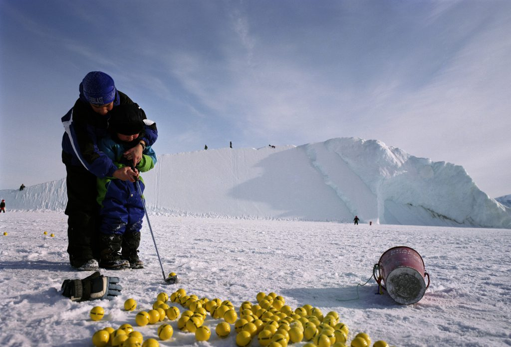 Gute Nachrichten für Golfer in Grönland: Die Schneedecke ist (noch) dicht genug für den Spielbetrieb.