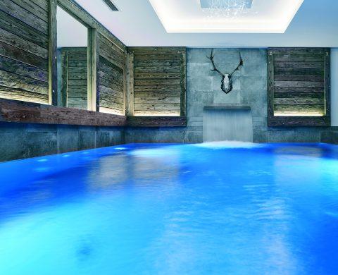 Auch der Indoor Pool ist urig und modern gestaltet