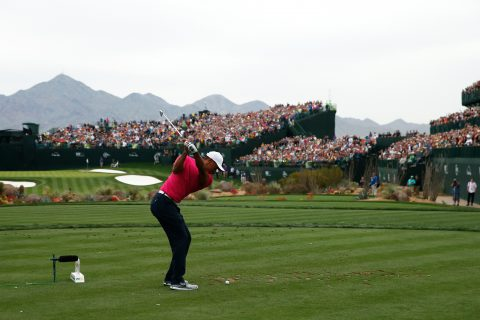 Tiger Woods an Loch 16 im TPC Scottsdale, Arizona. Das meist bejubelte Par 3 der US PGA Tour (Foto Credit: Scott Halleran/Getty Images)