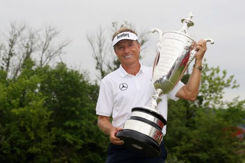 Bernhard Langer ist der beste Senioren-Golfer aller Zeiten STERLING, VA - MAY 28: Bernhard Langer poses with the trophy after winning the Senior PGA Championship at Trump National Golf Club on May 28, 2017 in Sterling, Virginia. (Photo by Rob Carr/Getty Images)