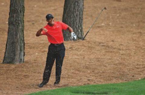 Es war Tiger Woods vorerst letzter Auftritt beim Masters in Augusta. 2015 reagierte Woods mit schmerzverzerrtem Gesicht und fliegendem Schläger auf einen Schlag aus den Pinien an der 9. Bahn.