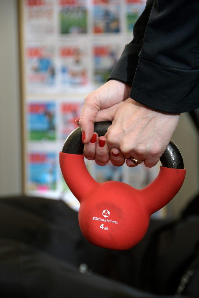 Kraftübung mit der Kettle-Bell: Die Kettle-Bell greifen Sie am besten so ähnlich wie einen Golfschläger.