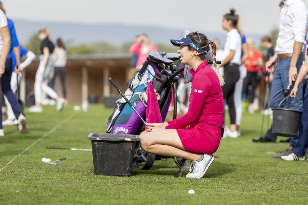 Im Vorfeld ihres ersten Charity-Turniers in Deutschland gibt Sandra Gal auf der Driving Range des Mainzer Golfclubs noch konkrete Schwung-Tipps. Das bringt ihr sichtlich Spaß. (Foto: Matthias Gruber/ GruberImages.com)