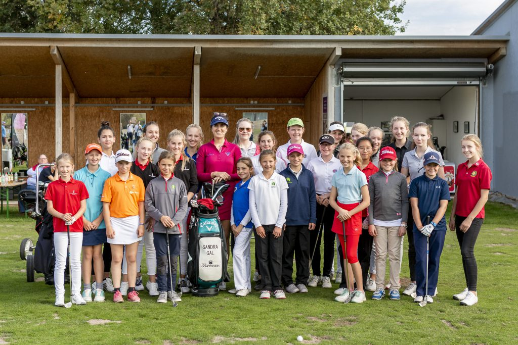 """Sandra Ga umringt von den Teilnehmerinnen des """"Sandra Gal meets Girls""""-Turnier im Mainzer Golfclub. (Foto: Matthias Gruber/ GruberImages.com)"""