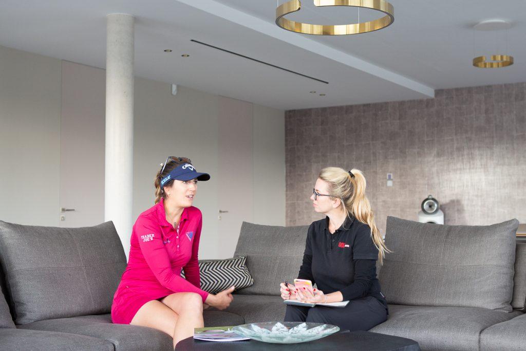 Sandra Gal im Interview mit GOLF MAGAZIN-Redakteurin Isabel von Wilcke im Mainzer Golfclub. (Foto: Matthias Gruber/ GruberImages.com)