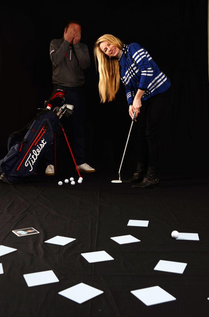 Im spielerischen Wettkampf sind Psycho-Tricks erlaubt.Christian Lanfermann (links) kann bei den Putts von GOLF MAGAZIN-Redakteurin Isabel von WIlcke kaum hinsehen. (Foto: Christina Scheunemann)