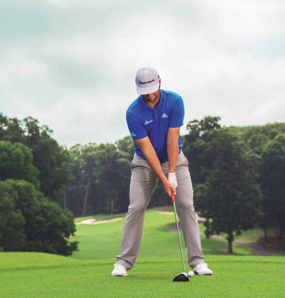 Ansprechposition im Golfschwung – Jon Rahm beim Schlag mit dem Driver.