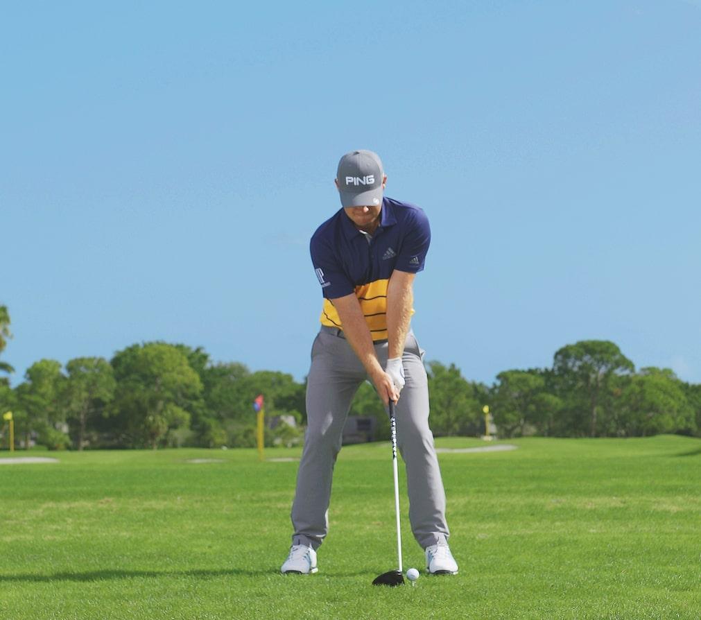Ansprechposition beim Golfschwung. Tyrrell Hatton spielt den Drive von der Ferse des linken Fußes.