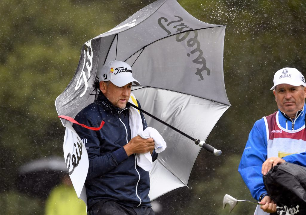 Ein Handtuch ist wichtig bei Regen. Ian Poulter beim World Cup of Golf in Melbounre November 2018. (Foto: Getty Images)