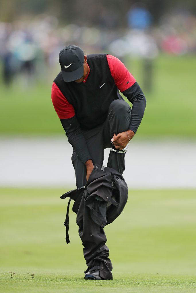 Ein guter Regenanzug hilft, bei golfen im Regen – das weiß auch Tiger Woods. Hier beim PLAYERS Championship in TPC Sawgrass im März 2019. (Foto: Getty Images).