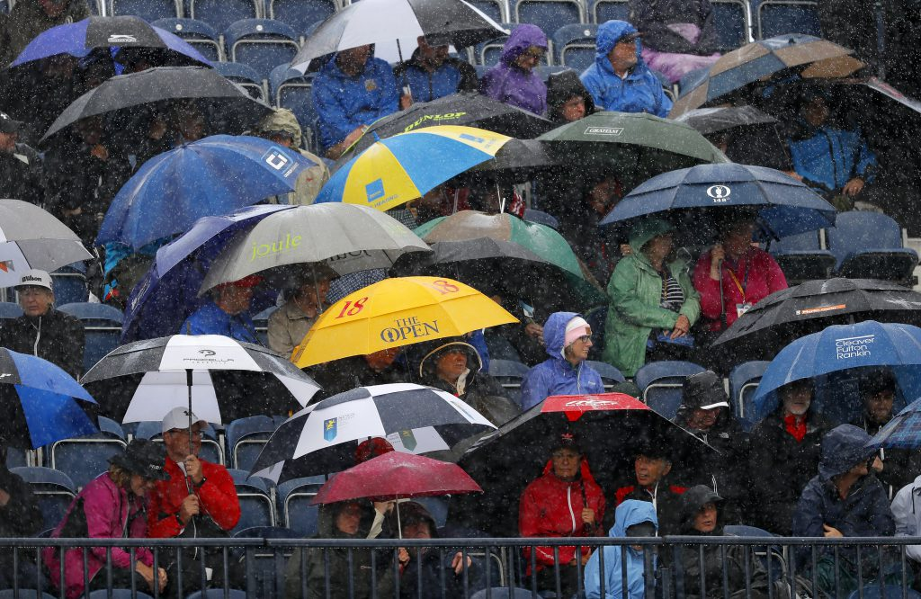 Sowohl Golfer als auch Zuschauer müssen für schlechtes Wetter gewappnet sein. Hier Zuschauer der British Open 2019 im Royal Portrush in Nordirland. (Foto: Getty Images).