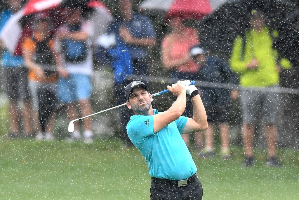 Ein trockener Griff ist wichtig, damit der Schlag auch bei golfen im Regen gelingt. Sergio Garcia 2017 bei der Australian PGA Championship. (Foto: Getty Images).