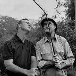 Arnold Palmer (links) und entertainer Bob Hope (1903 - 2003) während der Dreharbeiten zu 'Call Me Bwana' in Denham, London. (Photo by Keystone/Getty Images)