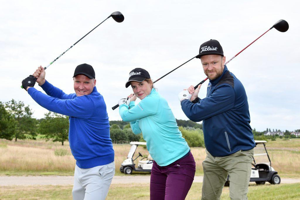 Bereit für den Golf-Marathon: Arne Schumann, Monique Krause und Toni Dittmann (von links). Die dre spielen noch nicht so lange Golf, aber sind total vom Golfvirus infiziert. (Foto: Elke A. Jung-Wolff)