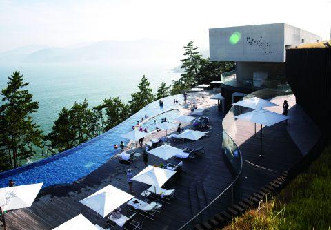 Das Clubhaus von South Cape Owners Club im minimalistisch-futuristisch anmutenden Stil