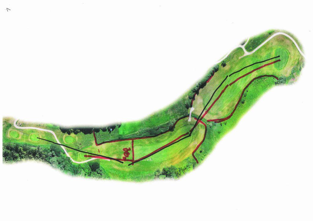 Coursemanagement ist besonders wichtig an schweren Bahnen: Loch 4 (Hcp.1.) des Schloss-Platzes ist ein 468-Meter-langes-Par-5. Das Fairway ist von Wasser gesäumt (rote Linien außen). Sven Strüver empfihelt eine 4-Schlag-Strategie von den roten und gelben Abschlägen (auf dem Foto links) bis zum grün (rechts). (Foto: Fleesensee)