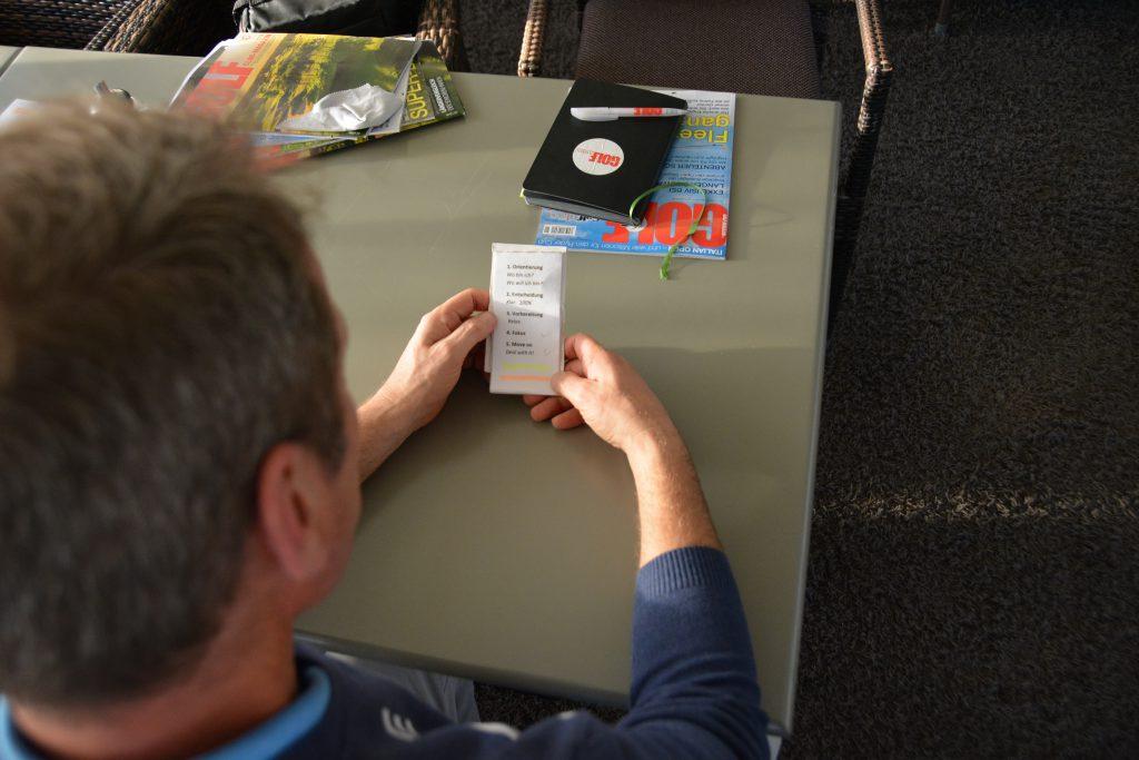 Vorbereitung ist alles: David Britten nutzt auf der Runde eine kleine Checkliste, die ihn ermahnt, stets konzentriert zu bleiben. (Foto: Isabel von Wilcke)