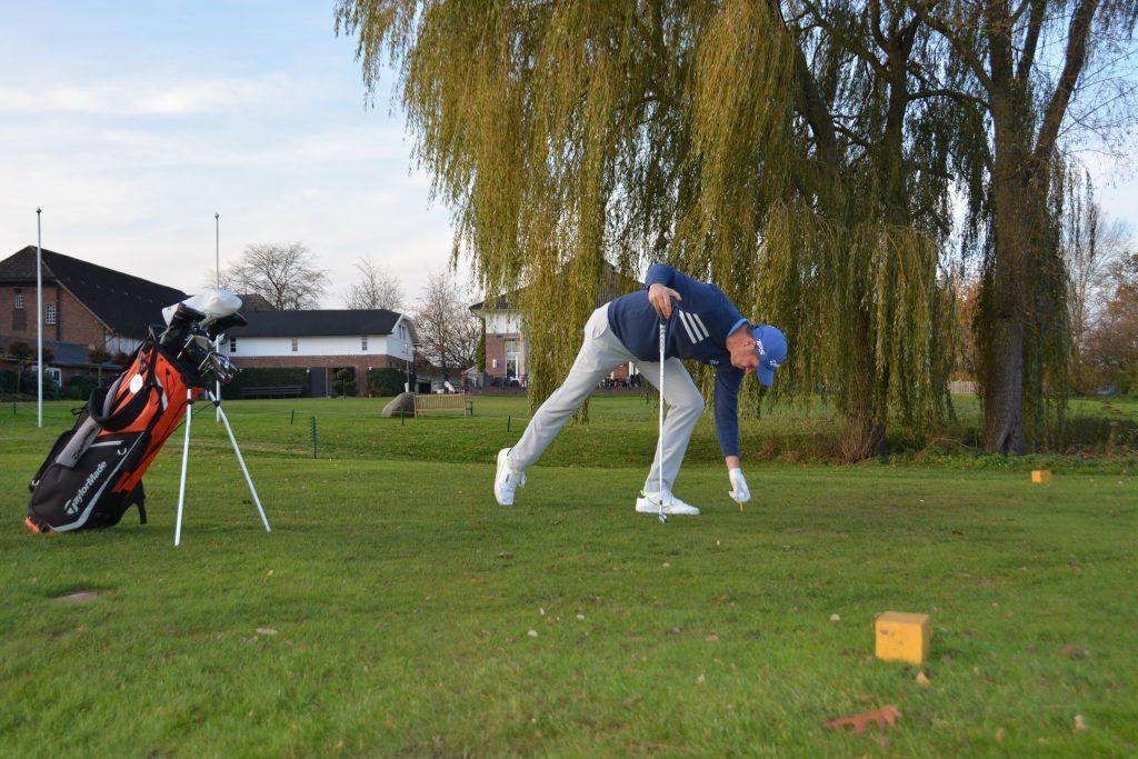 Golf-Club an der Pinnau, Abschlag 1 des A-Platzes. Auch das Aufteen gehört zur Vorbereitung. (Foto: Isabel von Wilcke)