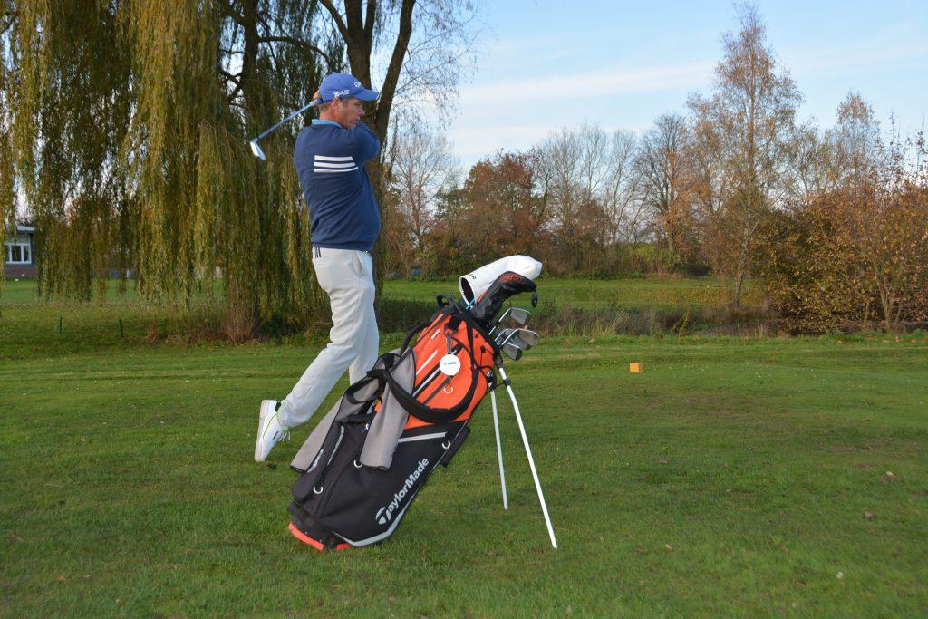 Vorbereitungsbereich: Probeschwung circa zwei Meter hinter dem Ball mit Blick auf das Ziel. (Foto: Isabel von Wilcke)