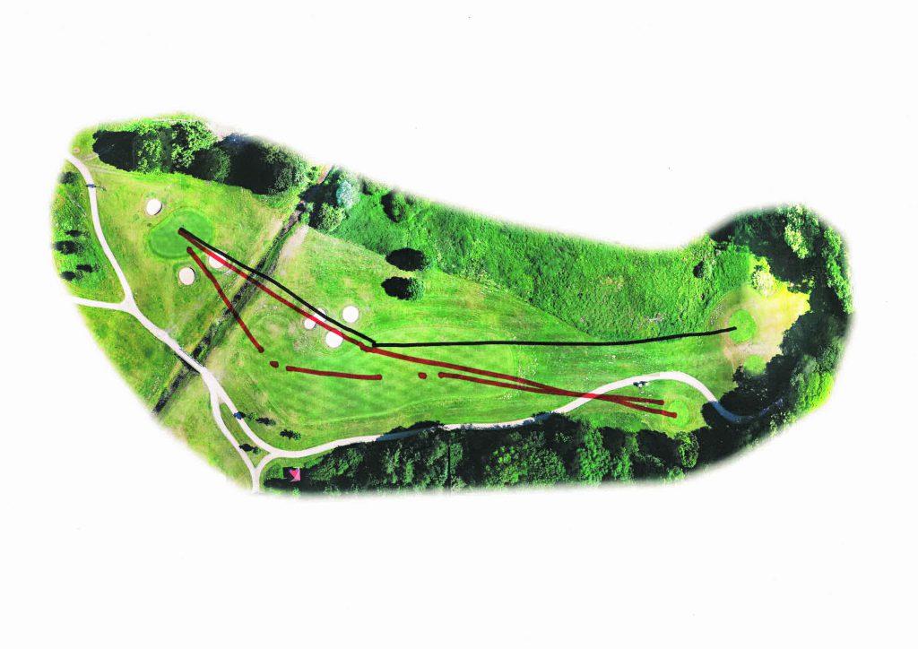 Coursemanagement ist wichtig, weiß Sven Strüver. Hier am Beispiel der Bahn 16, Par 4. Anstatt mit zwei Schlägen (schwarze Linie) das Grün anzugreifen, werden mit einer Drei-Schlag-Strategie die bis zu 70 Zentimeter tiefen Bunker umspielt und der Graben gemieden. (Foto: Fleesensee)