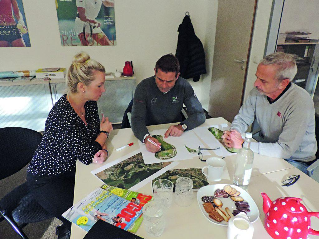 Hausbesuch: Sven Strüver (Mitte) besucht die Redaktio und erklärt GM-Chefredakteur Detlef Hennies (rechts) und GM-Redakteurin Isabel von Wilcke (links) am Beispiels des Schloss-Platzes desResort Fleesensee, wie gutes Coursemanagement funktioniert. (Foto: Marvin Heins).