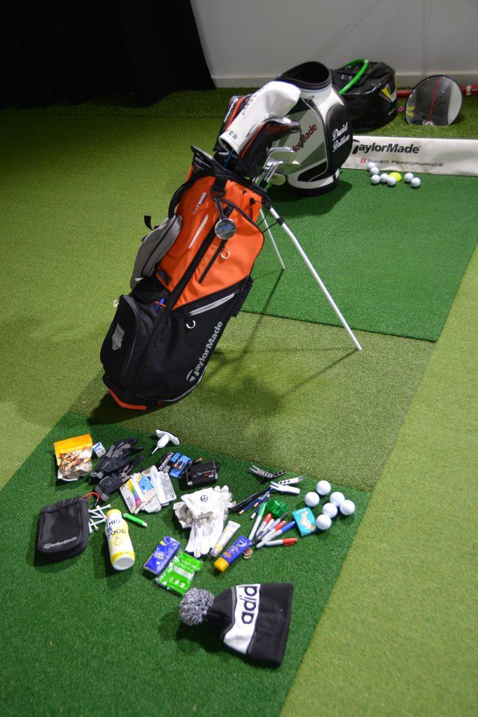 Eine gute Vorbereitung ist die halbe (Runden)Miete. Wenn David Britten sein Bag entleert, kommt vieles zum Vorschein. Nur wer gut gerüstet ist, kann auch solide spielen. (Foto: Isabel von Wilcke)
