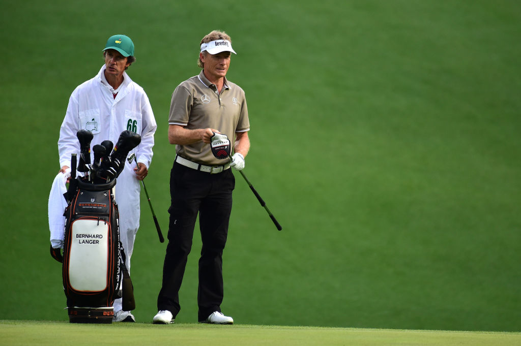 Der zweifache Masters-Champion Bernhard Langer mit Caddie Terry Holt 2017 in Augusta National Harry How/Getty Images).