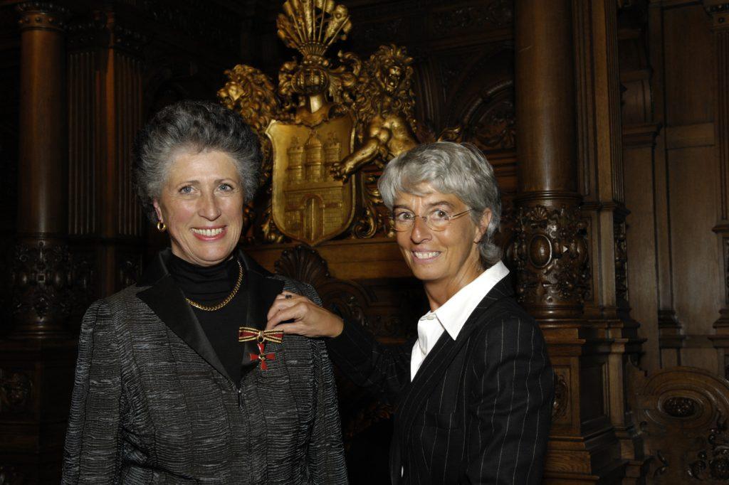 Alexandra Dinges-Dierig, die Senatorin für Bildung und Sport der Hansestadt Hamburg, verleiht Marion Thannhäuser 2007 das Bundesverdienstkreuz.