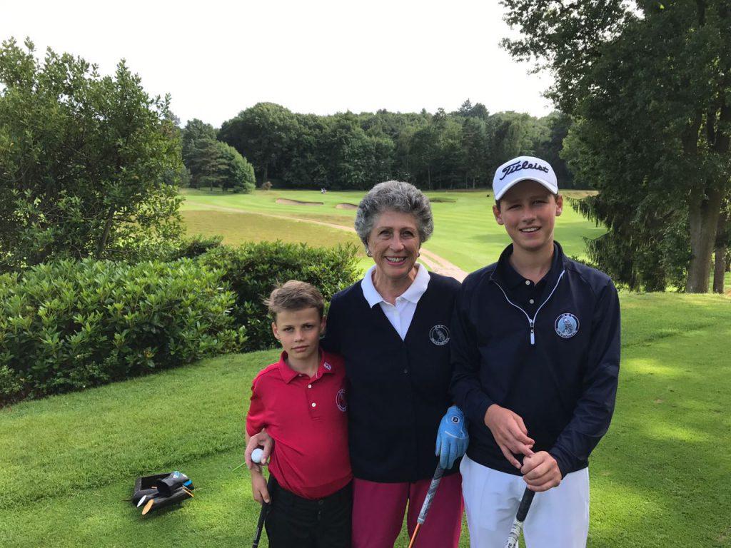 Die Familie bleibt auch in dritter Generation am Ball. Marion Thannhäuser hier mit ihren Enkeln am ersten Tee des Hamburger GC Falkenstein.