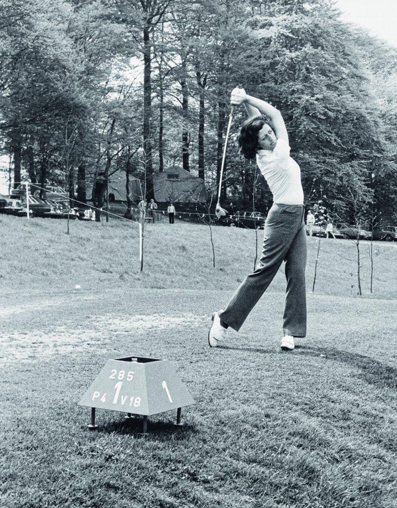 Deutsche Meisterschaften 1969 im GC Hubbelrath: Mit ihrem athletischen und dynamischen Schwung holt sich Marion Petersen den Titel.