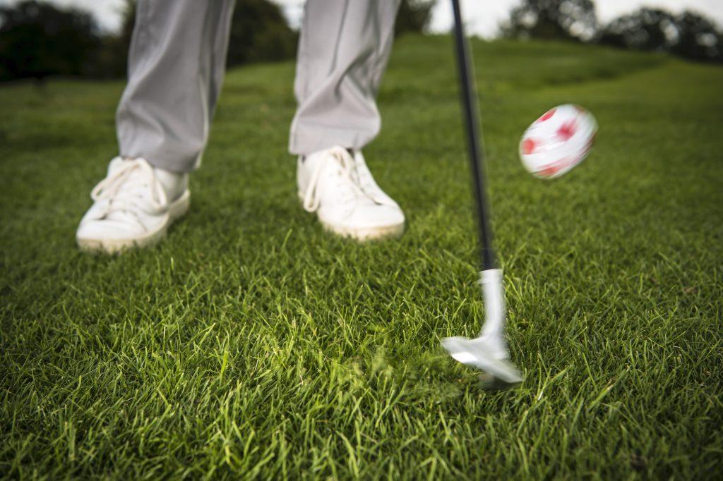 Paul Dyer zeigt: Beim Chip mit einem Wedge steigt der Ball deutlich steiler und langsamer von der Schlagfläche. (Foto: Stefan von Stengel)