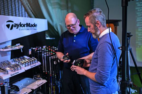 Fitter Martin Stecher erklärt Dennis Kahl die verschiedenen Schlägerkopf-Optionen der SIM-Serie