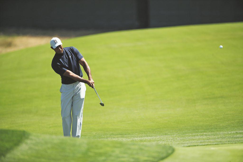 Auch Tiger Woods ist beim Chippen ein Vertreter der Ein-Schläger-Strategie und verwendet fast ausschließlich das Wedge; wie hier während der Einspielrunde zur US Open 2019 in Pebble Beach. (Foto: Getty Images)