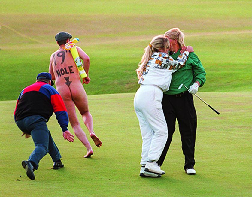 John Dalys Sieg 1995 bei der Open in St. Andrews war turbulent. Erst musste sich der US-Amerikaner im Stechen gegen Constantino Rocca durchsetzen und dann huschte ein Flitzer an seiner damaligen Frau Paulette und ihm auf dem 18. Grün vorbei. Ein wohl unvergessener Major-Sieg. (Foto: David Cannon/Getty Images).