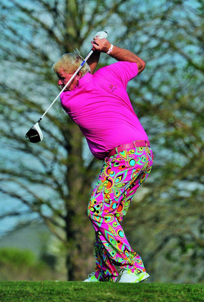 Bunte Hosen und ein krasser Überschwung. Das sind die Attribute von John Daly. Hier 2013 bei der Chitimacha Louisiana Open (Foto: PGA Tour).