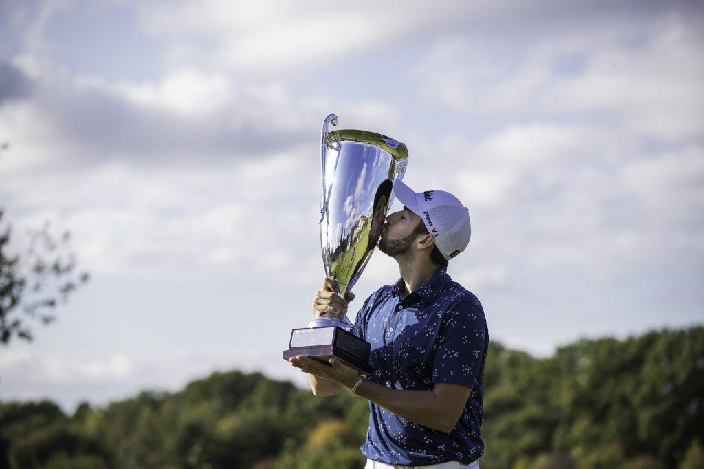 Thomas Rosenmüller freut sich über den Sieg der Pro Golf Tour Order of Merit 2020 und, dass er so das ticket für die Challenge Tour 2021 lösen kpnnte. (Foto: Stefan Heigl/Pro Golf Tour).