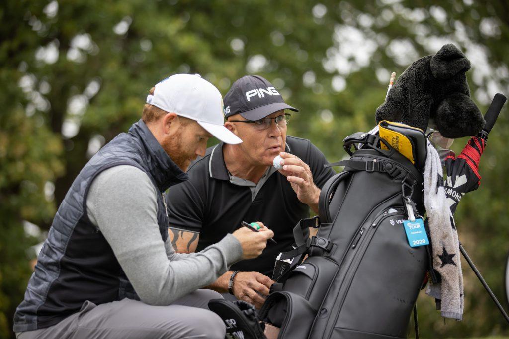 Philipp Mejow, Sieger der Castanea Resort Championship, vomr ersten Abschlag der Finalrunde mit seinem Neu-Caddie Stephan Türkis. (Foto: Stefan Heigl/Pro Golf Tour).